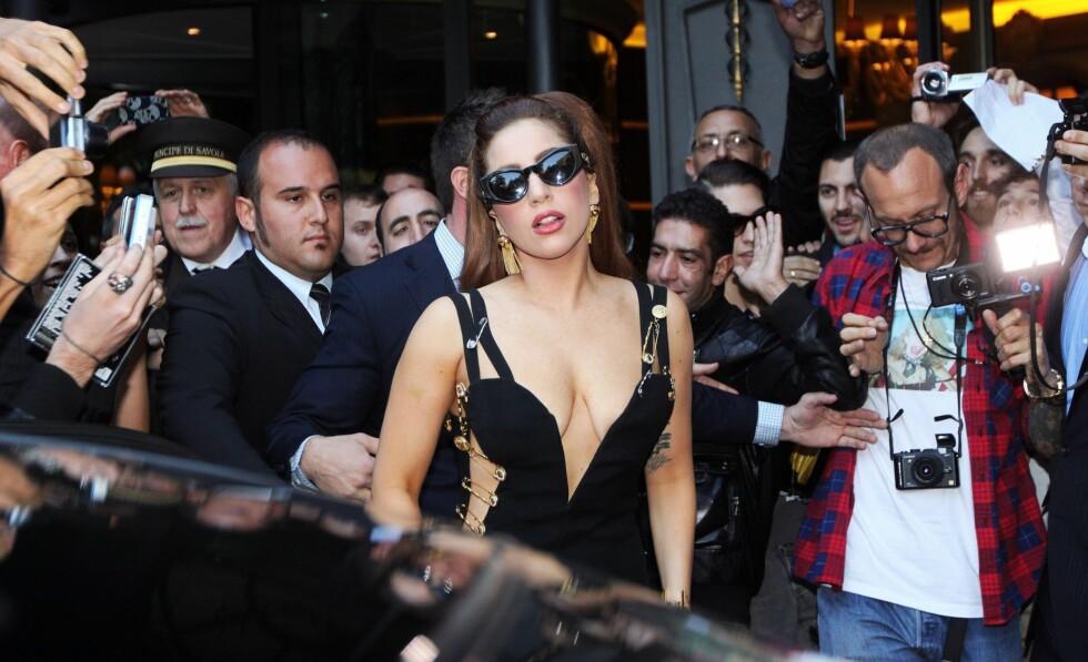 Lady Gaga har farget håret brunt for anledningen. Foto: All Over Press