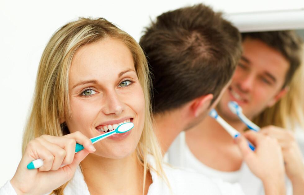 TIPS TIL BEGGE: Tannkrem renser ikke bare tennene, men også frontlykter, strykejern og DVD-plater med hakk.  Foto: Getty Images/Wavebreak Media