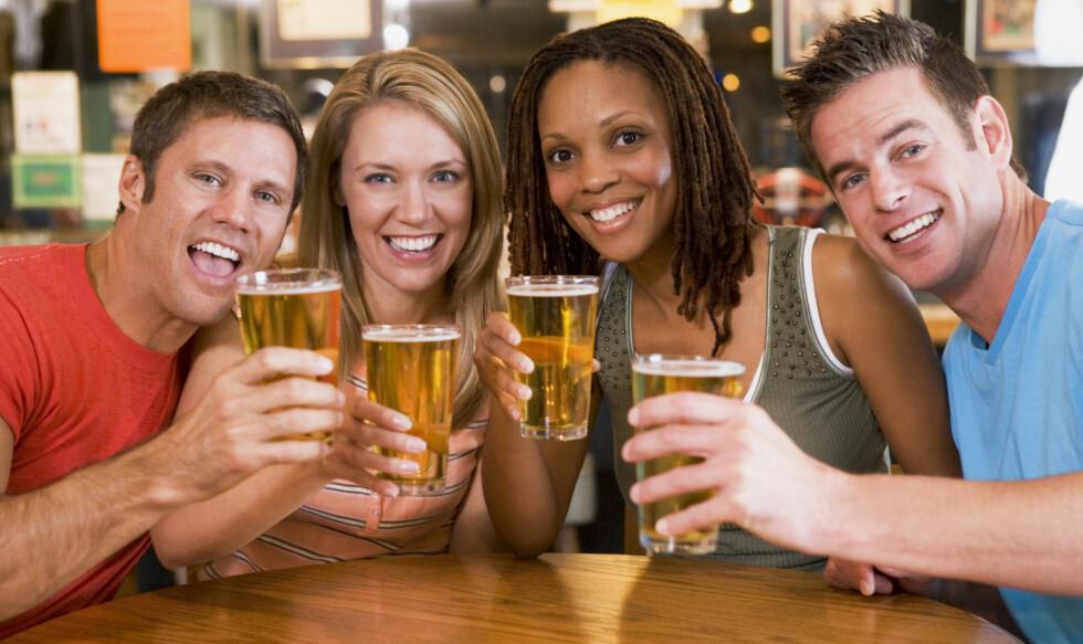 HALVLITEREN GIR DEG STØRRE KONTROLL: Hvis du får servert øl i et glass med rette kanter - som er typisk for halvlitere - er det lettere å holde oversikt over inntaket, og du drikker mindre. Foto: Getty Images/iStockphoto