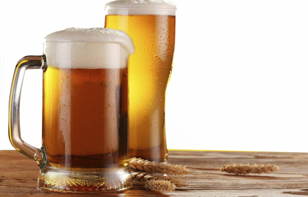 LURT Å ROE NED: En ny studie viser at de fleste drikker saktere av de typiske halvliter-glassene.  Foto: Thinkstock.com
