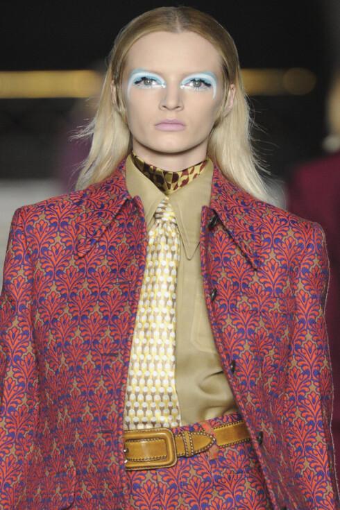 """SKJERF/SLIPS: Hos Miu Miu brukte de skjerf og slips for å style skjortene. Husk at skjerfet også må komme """"under"""" kragehjørnene.  Foto: All Over PressAll Over Press"""