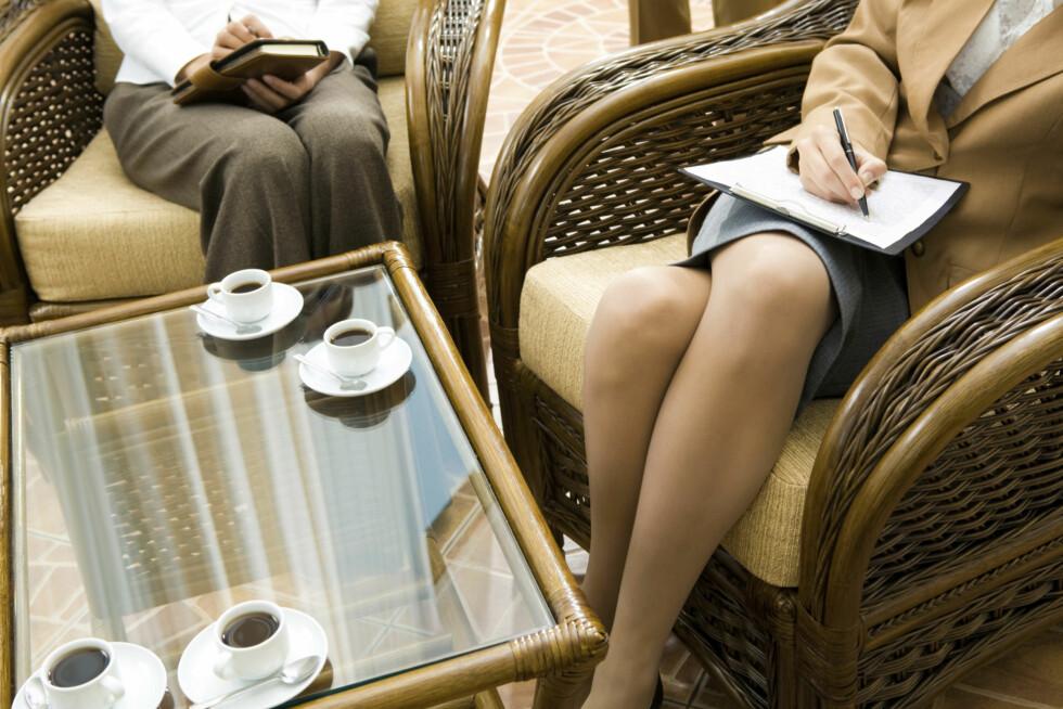 IKKE SITT SLIK: Hvordan du sitter påvirker også blodsirkulasjonen, og når du sitter med beina i kryss kan du stoppe blodsirkulasjonen i beina.  Foto: Thinkstock.com