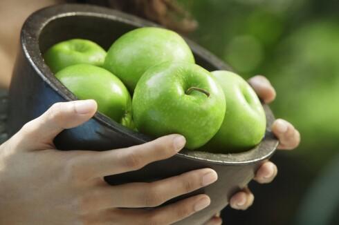 ALKALISKE: Selv sure epler har høy nok pH-verdi. Foto: All Over Press
