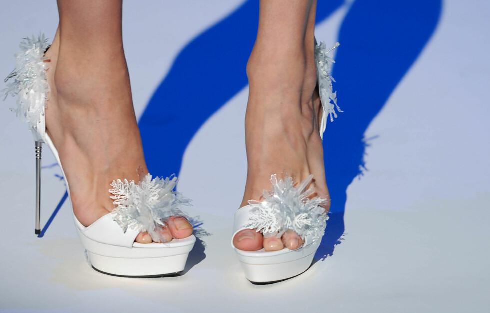 NAKENT: Modellene hadde naturlige (men lakkede) tånegler under Zahia Couture-visningen i Paris i sommer. Det ser ut til å bli høstens og vinterens største pedikyrtrend.  Foto: All Over Press