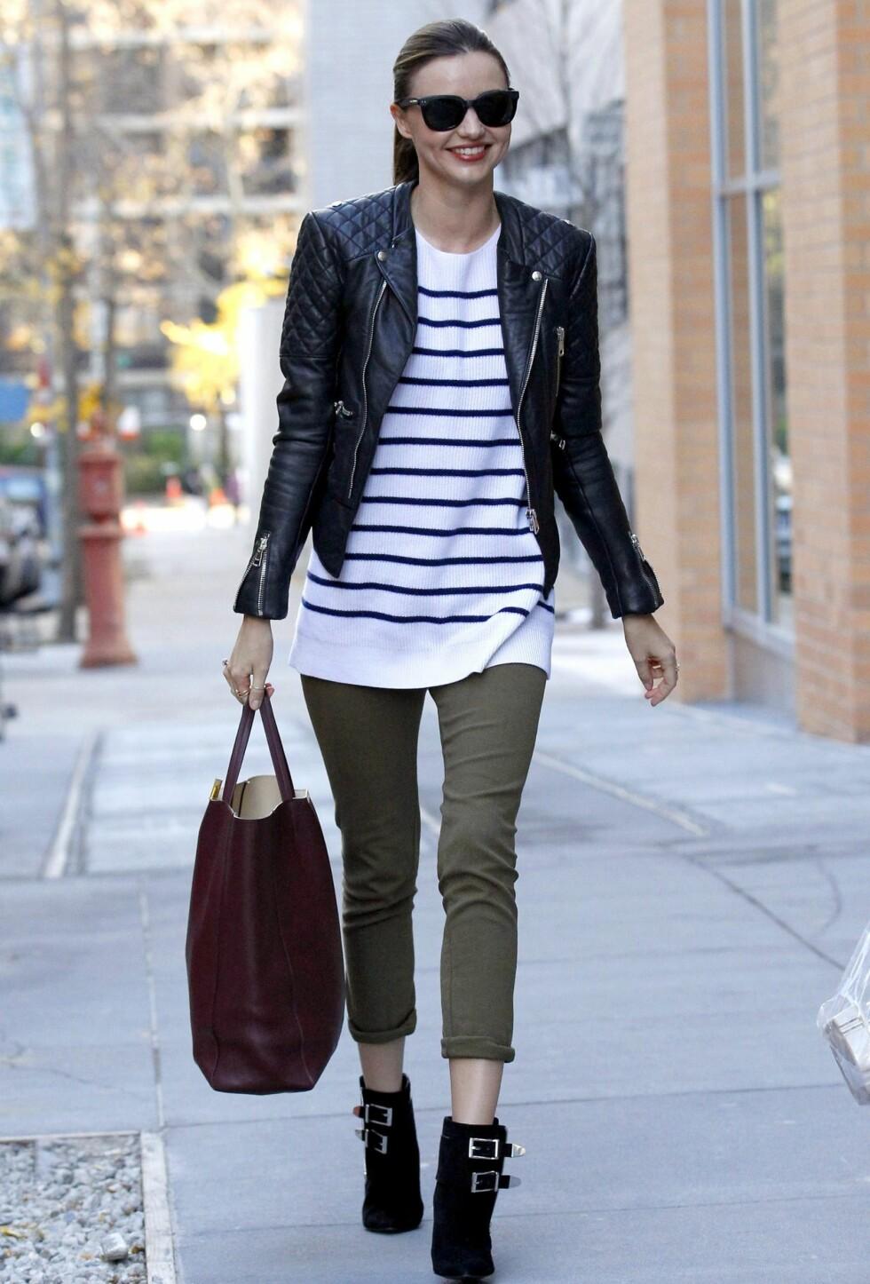 Miranda Kerr med skin quiltede skinnjakke på gata i New York. Foto: All Over Press
