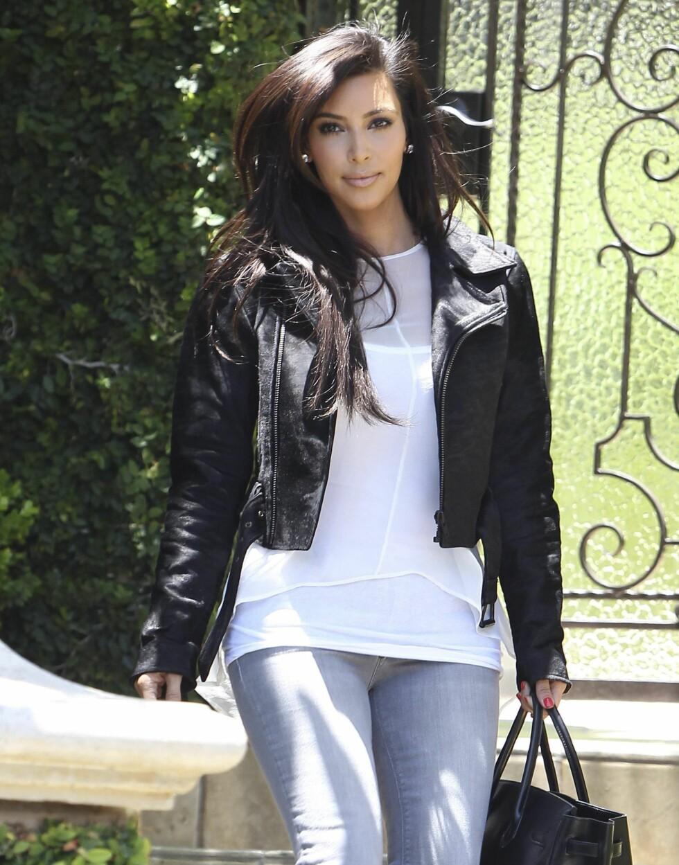Kim Kardashian, som vi ofte ser i ettersittende kjoler og glamorøse plagg, elsker også den mer hverdagslige bikerjakka. Foto: All Over Press