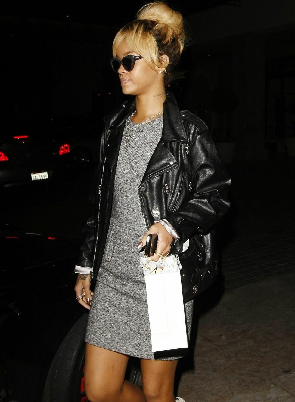 Rihanna bruker bikerjakka over kjole så vel som jeans. Foto: All Over Press