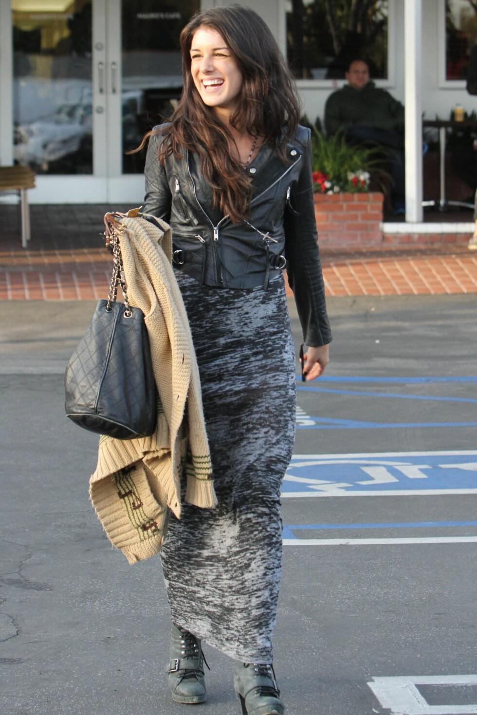 90210-stjernen Shenae Grimes smiler bredt i sin korte bikerjakke. Foto: All Over Press