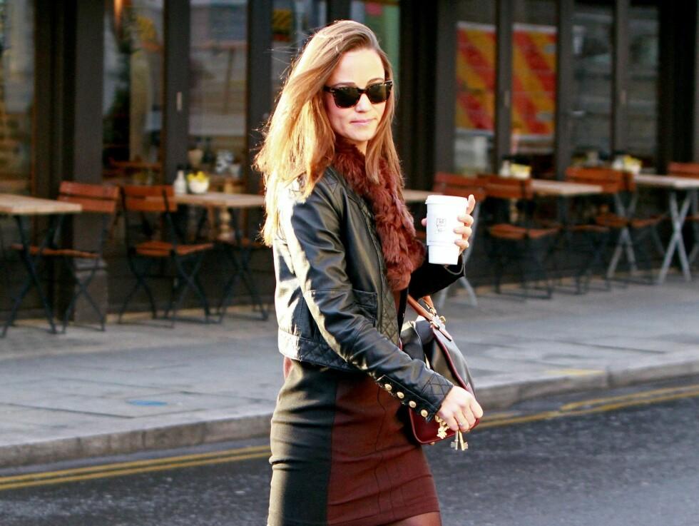 Pippa Middleton kombinerer sin skinnjakke med høstens trendfarge; burgunder.  Foto: All Over Press