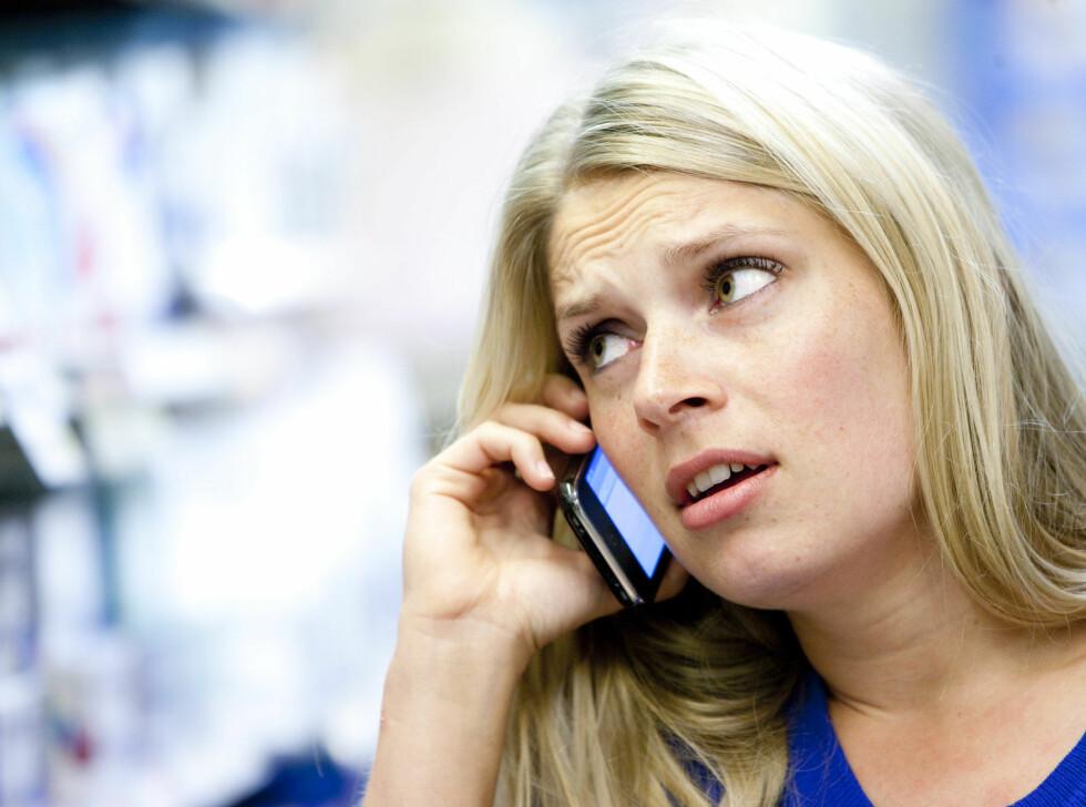 HVEM HOLDT DEN SIST? Det er ti ganger så mange bakterier på telefonen din, som det er i toalettet. Har du vasket mobilen i det siste? Foto: Colourbox
