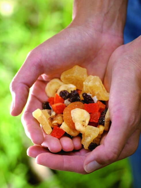 MYE ENERGI: En håndfull rosiner eller nøttemiks under treningen gir deg et kjapt tilskudd av energi.  Foto: Getty Images