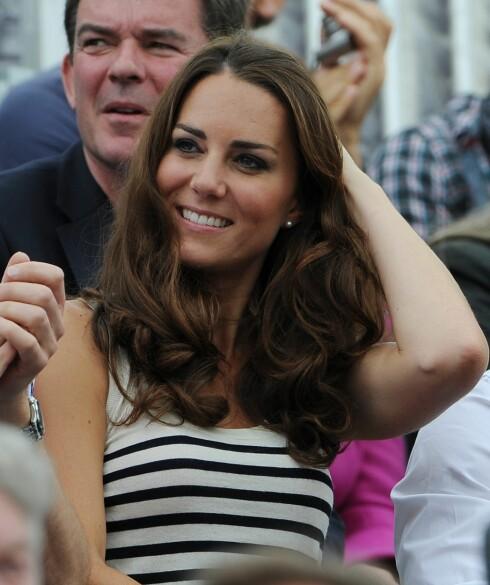 SYMBOLET PÅ PERFEKT FØN: Kate Middleton, hertuginnen av Cambrigde, har blitt selve symbolet på perfekt hår. Hun får garantert profesjonell blow dry. Foto: All Over Press