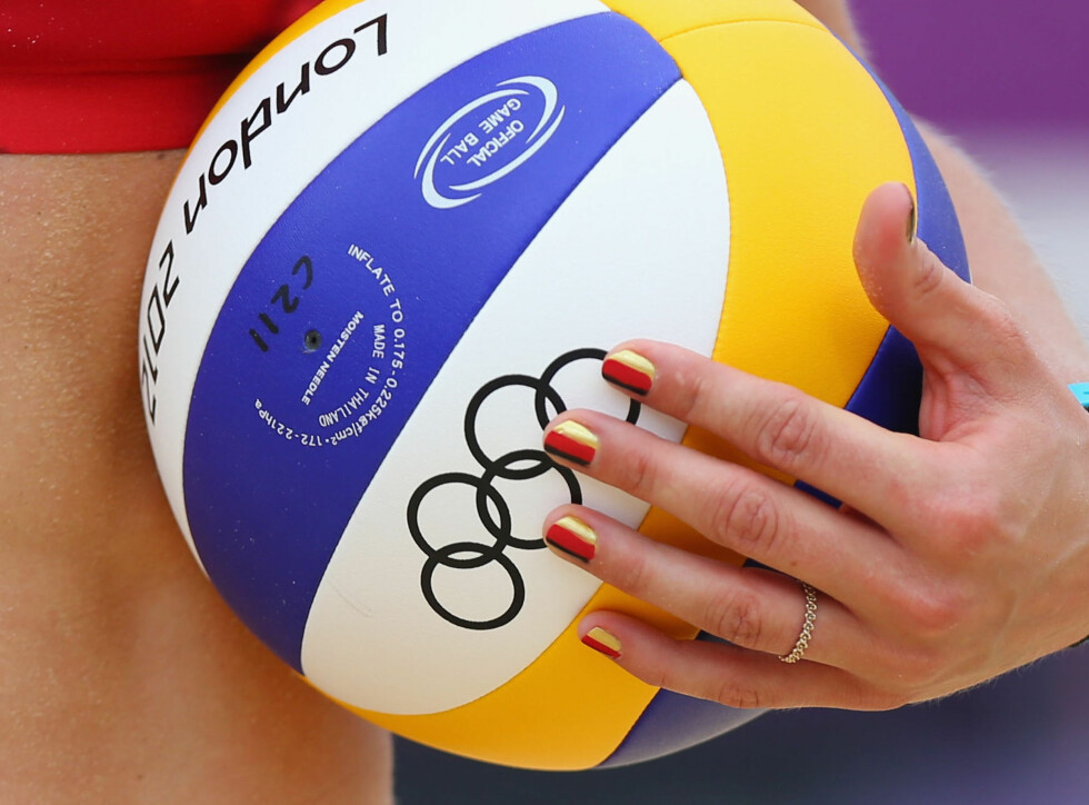 LONDON, ENGLAND - JULY 31:  Laura Ludwig of Germany  holds the ball during the Womens Beach Volleyball Preliminary match between Brazil and Germany on Day 4 at Horse Guards Parade on July 31, 2012 in London, England.  (Photo by Ryan Pierse/Getty Images) Foto: All Over Press