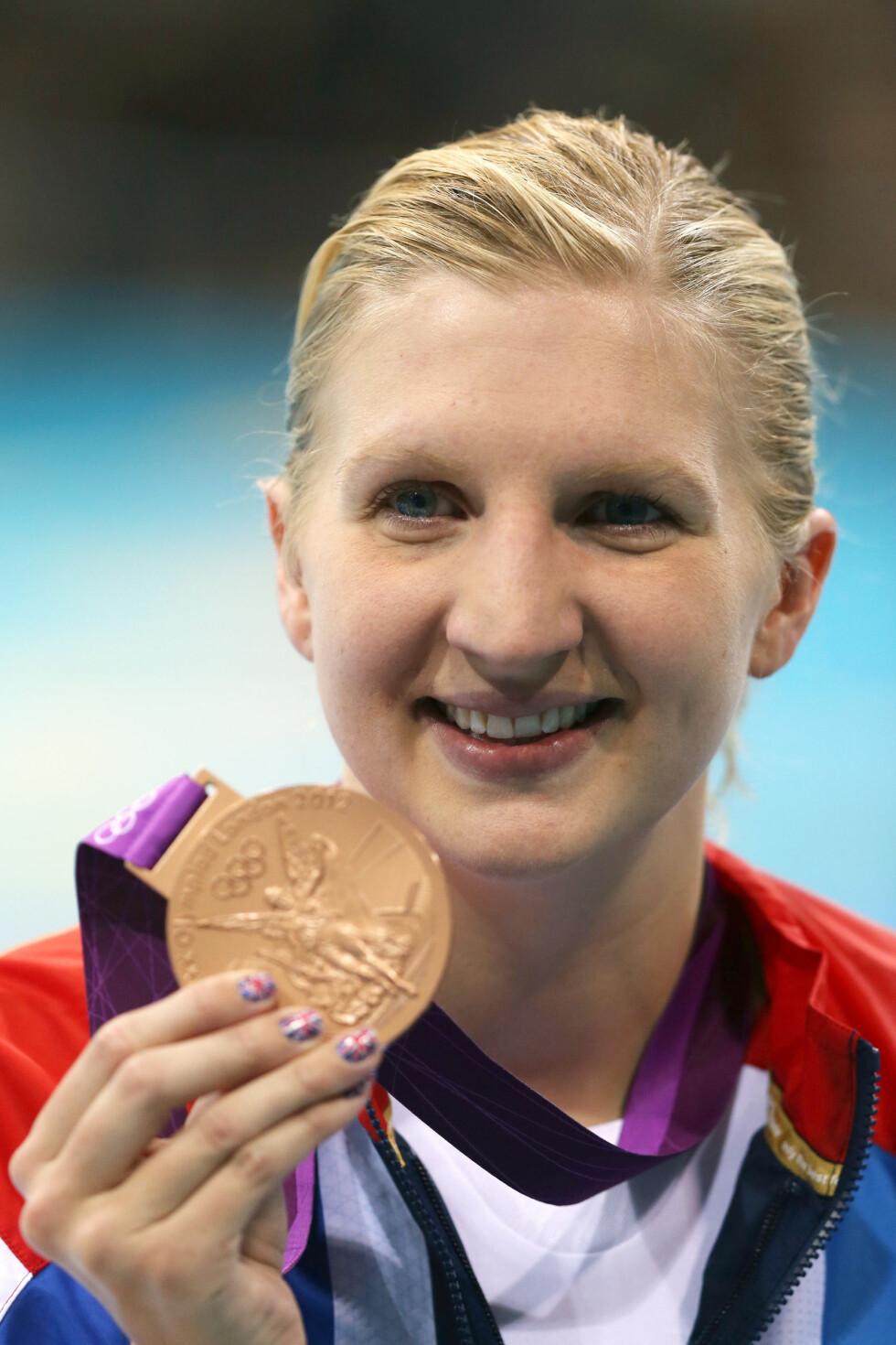 STOLT: Den britiske svømmeren Rebecca Adlington mottok sin bronsemedalje på 800 meter fri med det britiske unionsflagget på neglene.  Foto: All Over Press