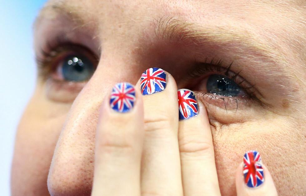 UNION JACK: Den britiske svømmeren Rebecca Adlington mottok sin bronsemedalje på 800 meter fri med det britiske unionsflagget på neglene.  Foto: All Over Press