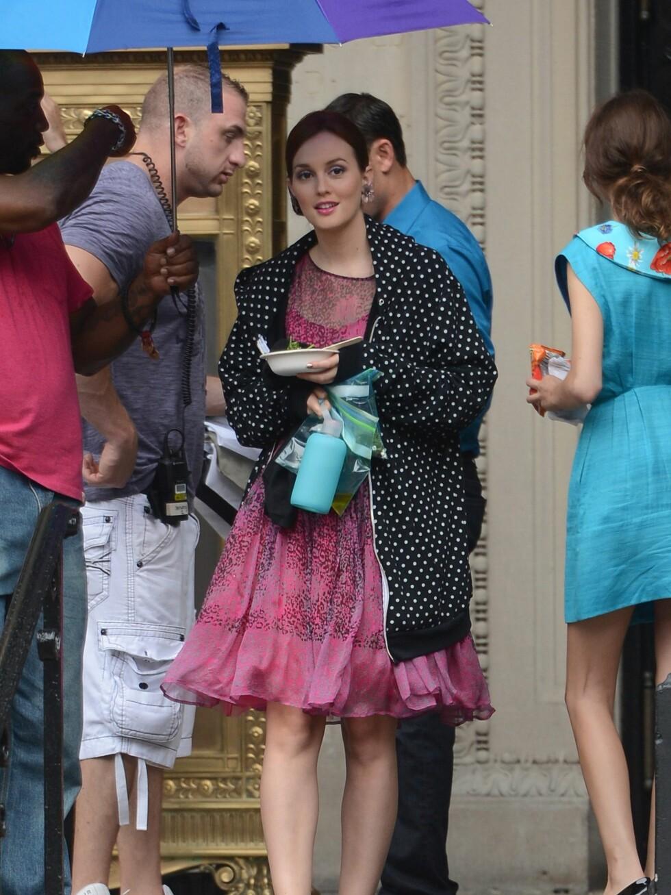 Her ser du Alexa Chung passere Leighton Meester. Meester har på seg en kjole fra Red Valentino. Foto: All Over Press