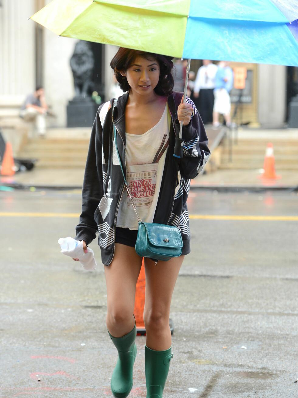 Gossip Girl-skuespiller Yin Chang på settet i New York med paraply. Foto: All Over Press