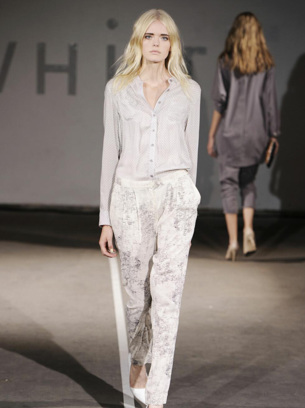 WHIITE: Hvite bukser, hvit bluse og hvite sko - helthvitt også fra Whiite.  Foto: CFW