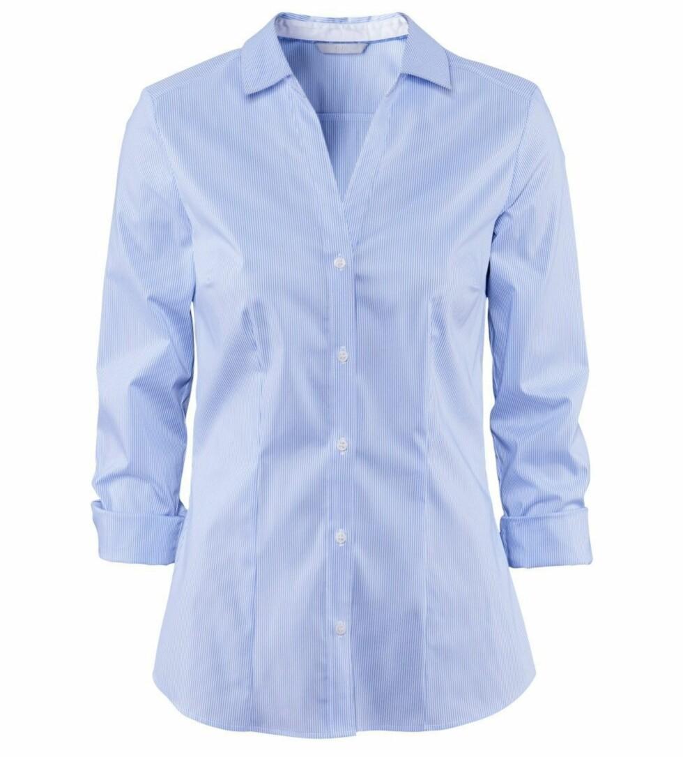 Lyseblå skjorte (kr 150, H&M). Foto: Produsenten