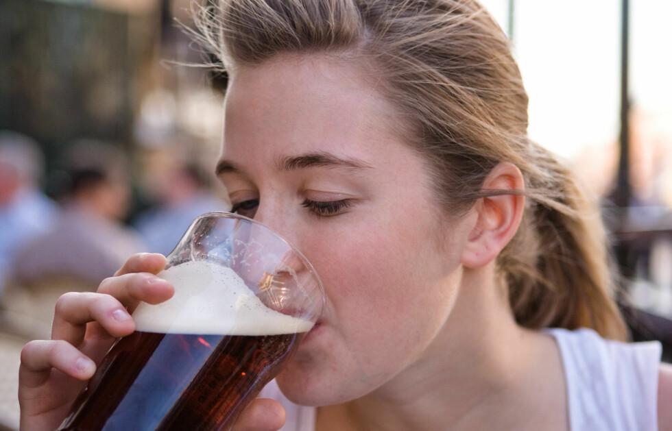 FYLLOREKSIA: Kvinnelige studenter kutter ut maten for å kunne spare kaloriene til drikking. Nå advarer helseeksperter. Foto: www.jupiterimages.com