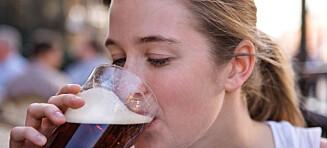 Unge kvinner dropper mat for å drikke alkohol