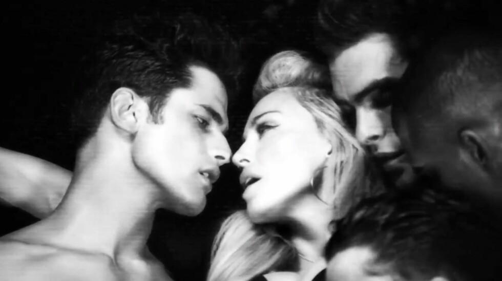 """HOLDER KOKEN: Madonna i musikkvideon for sangen """"Girl Gone Wild"""". Foto: All Over Press"""