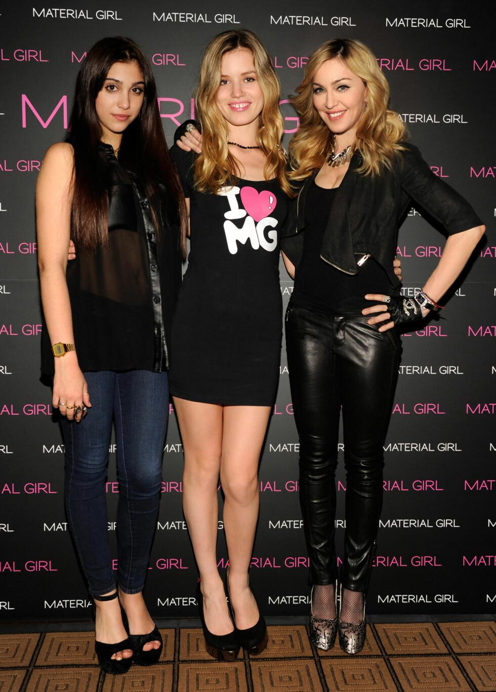 SJEKK SKOENE TIL MADONNA:Madonna med datteren Lola og Georgia May Jagger. Madonna her i sko fra Truth or Dare kolleksjonen. Foto: All Over Press
