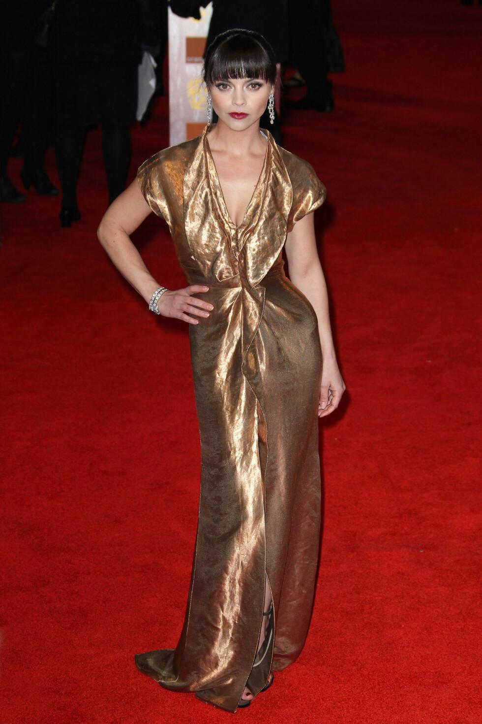 Skuespiller Christina Ricci gjør gullkjolen mer elegant med rød leppestift. Foto: All Over Press