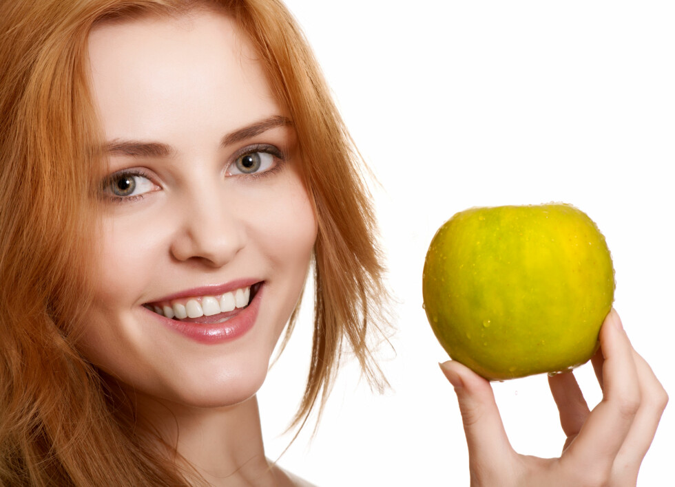KAN GI SYRESKADER: For høyt inntak av frukt, som epler, kan gi syreskader på tennene.  Foto: Colourbox.com