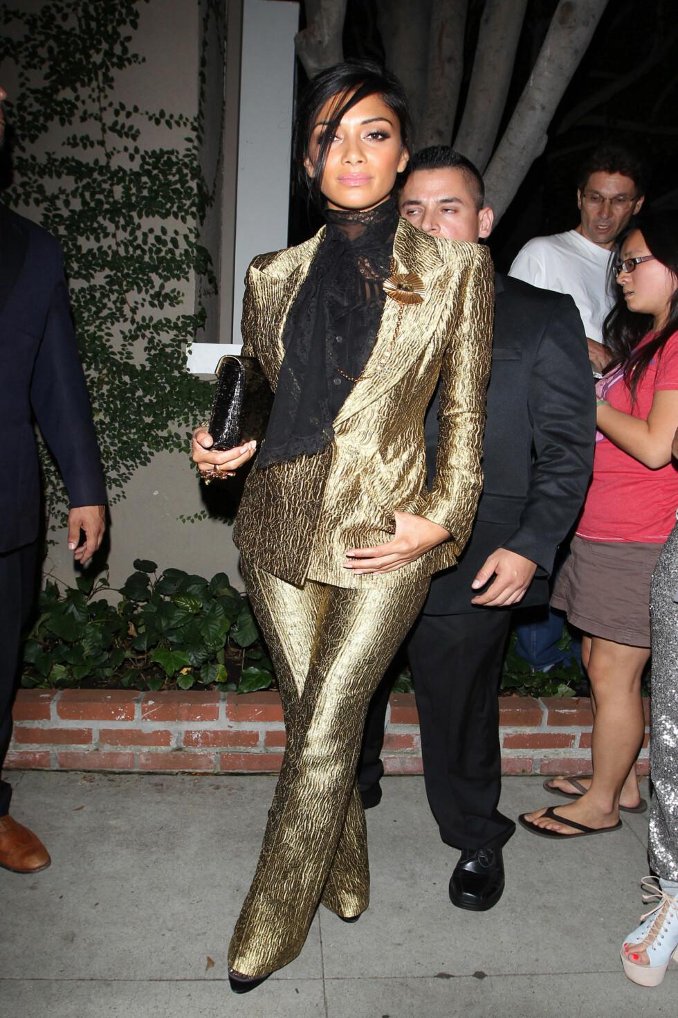 Artist Nicole Scherzinger gikk på restaurant i gulldress. Foto: Scherzinger