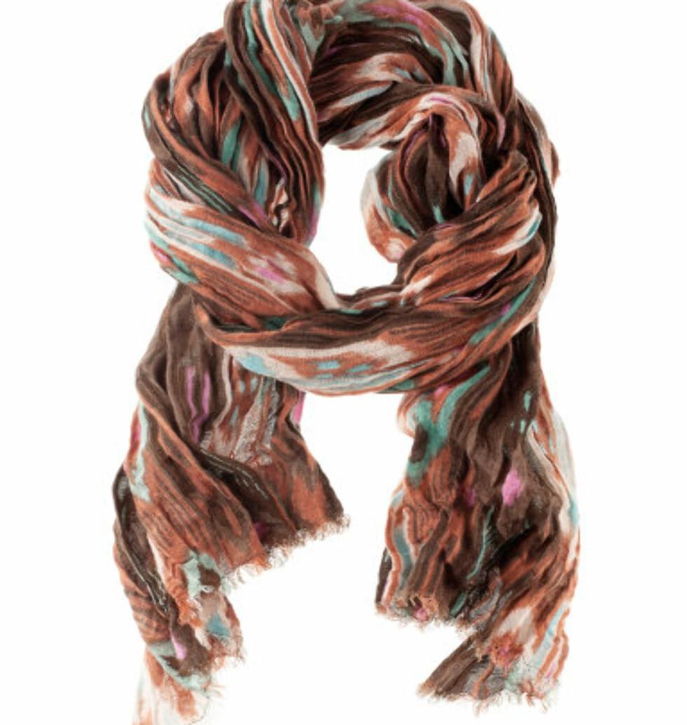 Stort skjerf som kan brukes som sjal hvis det blir kjølig på flyet. På salg til 75 kr hos H&M. Foto: H&M