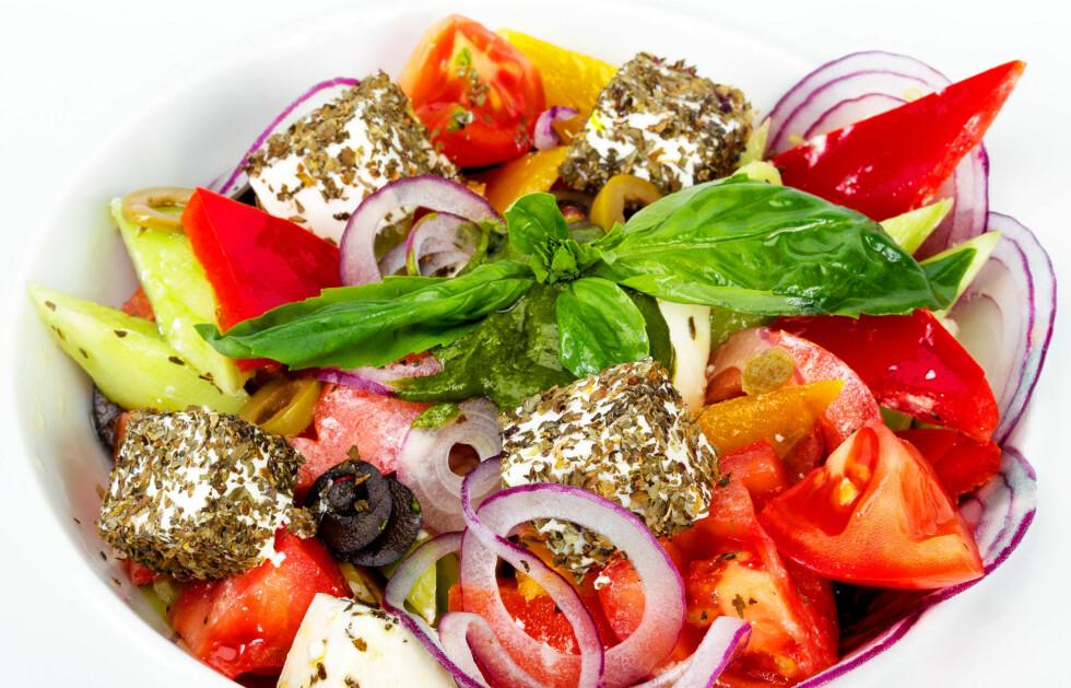 SPIS SALAT PÅ FERIEN: Innholdet av salter i tillegg til frukt, grønt og proteiner, vil sørge for at varmen ikke gjør deg slapp og sliten.  Foto: Colourbox.com