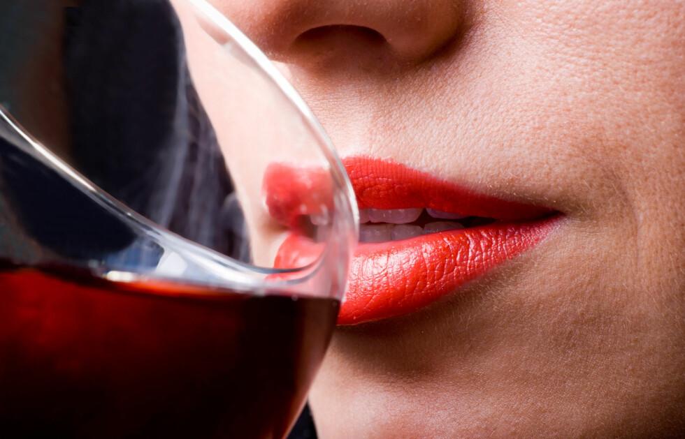ET GLASS OM DAGEN: Studier viser at moderate mengder med alkohol kan bidra til å bedre helsen din.  Foto: Colourbox.com
