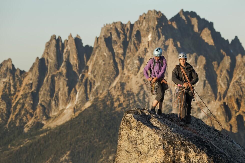 PÅ TUR I FJELLET: Ekstreme toppturer ala dette bildet er nok ikke noe så mange driver med, men skal du på fjellet, så er du uansett ofte i aktivitet. En lett og pustende jakke som er vindtett er derfor en god ting å ha i sekken.  Foto: Helly Hansen