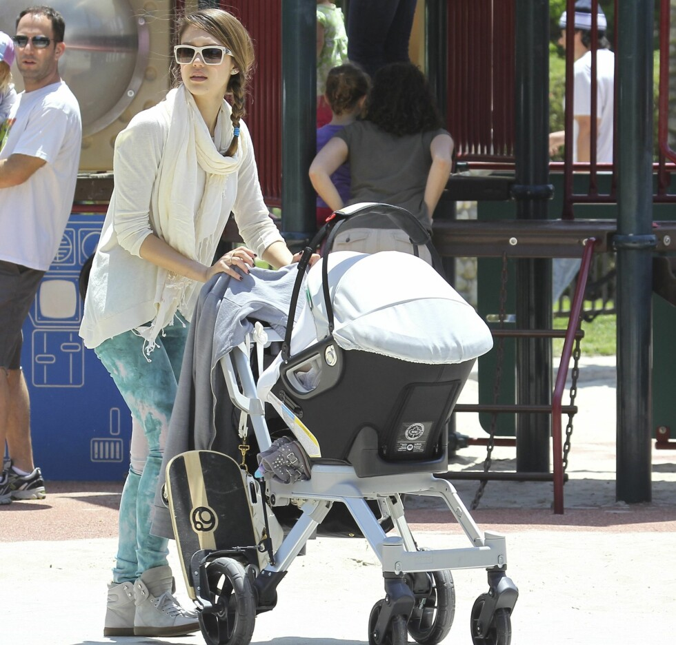 Jessica Alba and daughter Honor attended a birthday party with dad Cash Warren and Honors infant sister Haven, in a Beverly Hills park, on Saturday, May 12, 2012 X17online.com Foto: All Over Press
