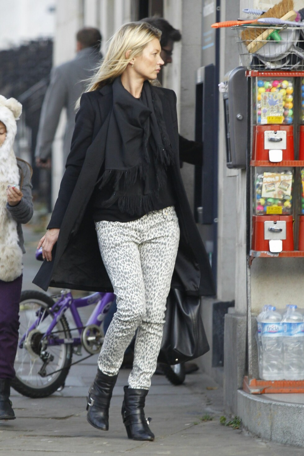 Kate Moss with her daughter Lila and friends leaving home and getting a mini cab in London, UK.  Pictured: Kate Moss   Ref: SPL338262  271111   Picture by: Splash News  Splash News and Pictures Los Angeles:310-821-2666 New York:212-619-2666 London:870-934-2666 photodesk@splashnews.com  *** Local Caption *** World Rights Foto: All Over Press