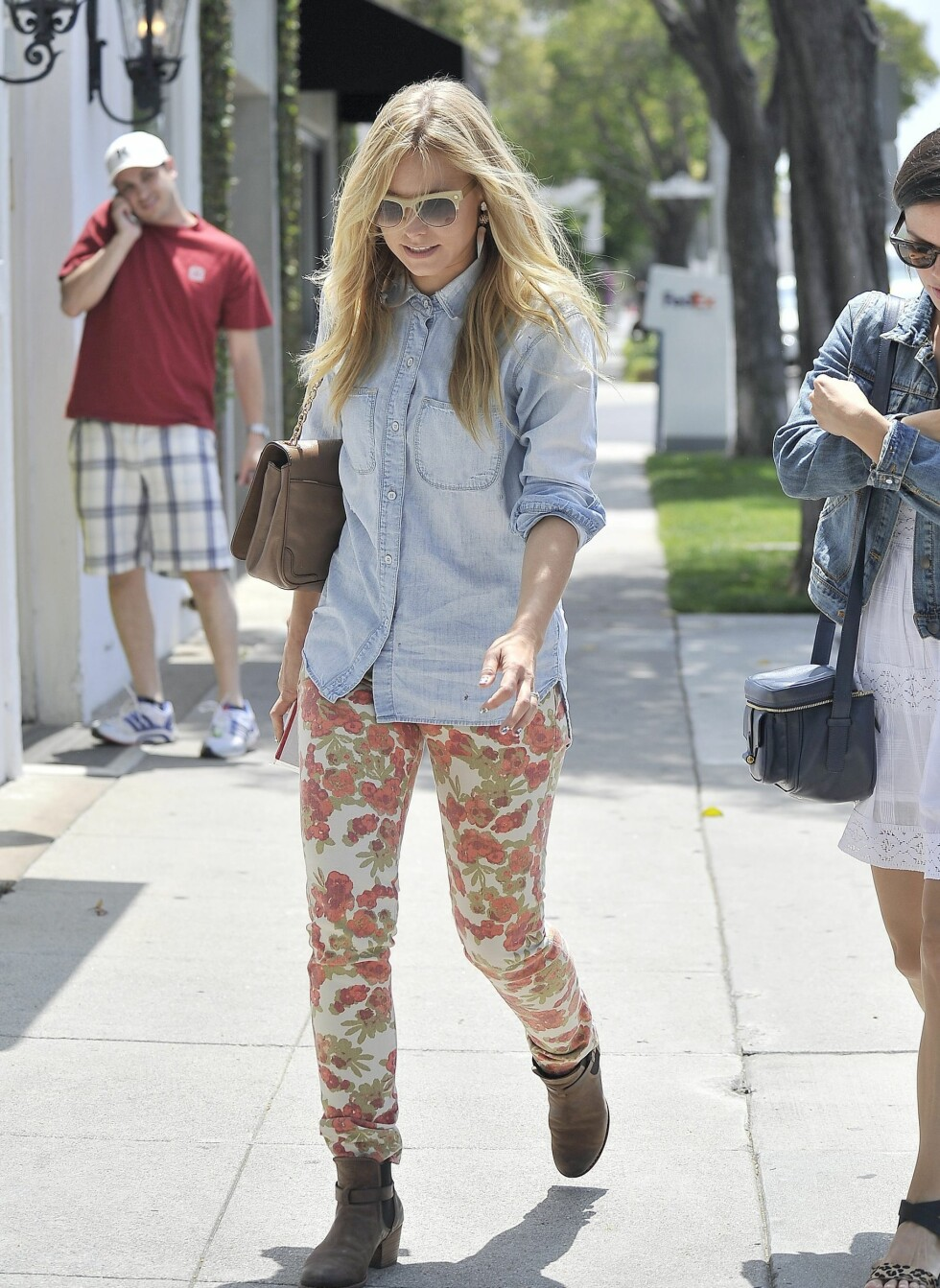 Rachel Bilson and Kristen Bell head to the Madewell boutique in Beverly Hills, CA.  Pictured: Kristen Bell   Ref: SPL406336  150612   Picture by: Oliver S Wolf / Splash News  Splash News and Pictures Los Angeles:310-821-2666 New York:212-619-2666 London:870-934-2666 photodesk@splashnews.com  *** Local Caption *** World Rights Foto: All Over Press