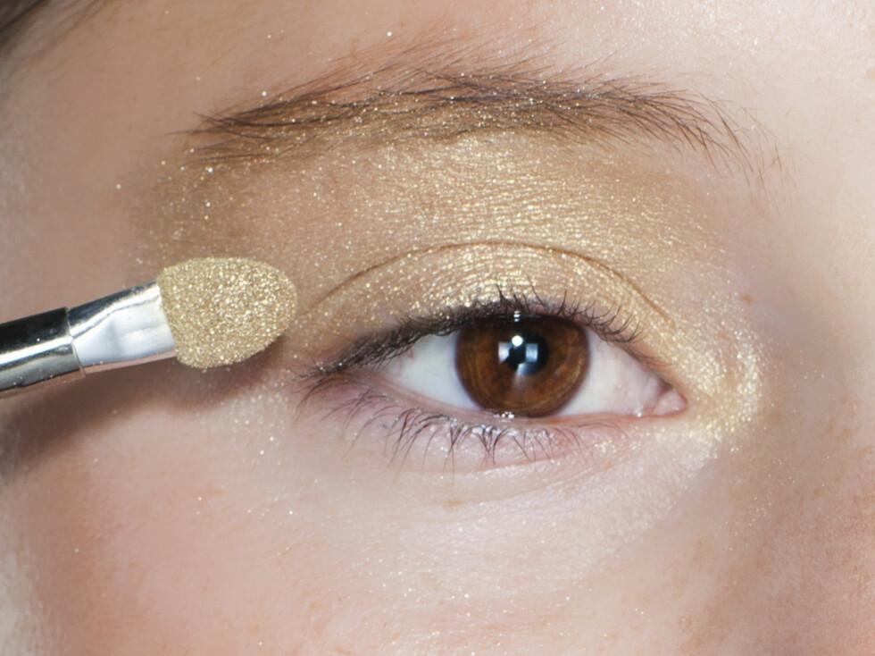 TRINN 1: Legg gull over hele lokket og i øyekroken, og sjampanje øverst under brynene. Foto: Astrid Waller