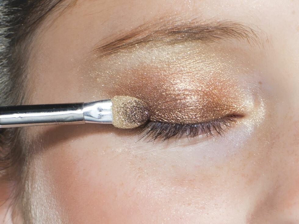 TRINN 3: Langs vippene legger du bronsefargen. Dette gir dybde til øynene. Foto: Astrid Waller