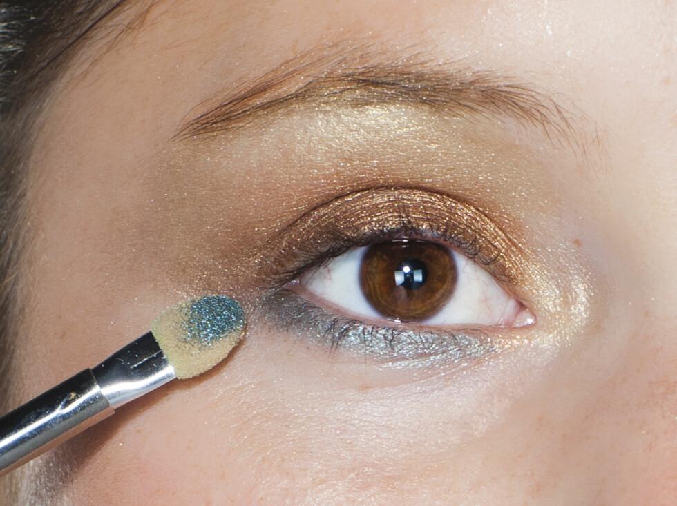 TRINN 4:  Turkis legges som en bred liner under øynene, og kan gjerne blandes inn i gullfargen. Foto: Astrid Waller