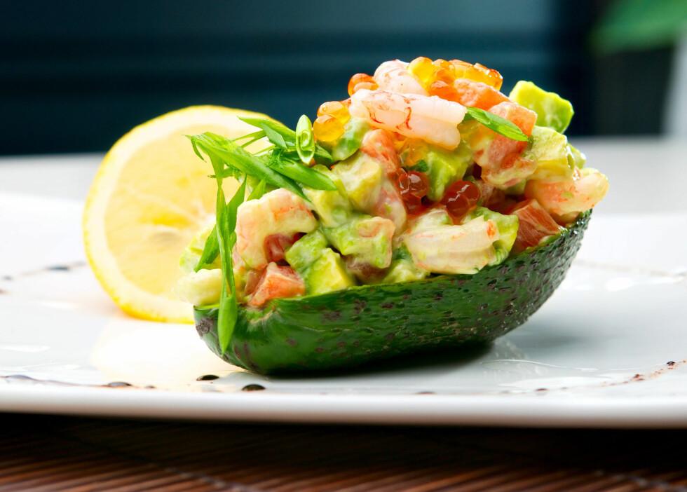 PRØV AVOCADO TIL FORRETT: En avocado fylt med reker, ruccola, majones og gulrot vil garantert bli en hit før hovedmåltidet.  Foto: Colourbox.com