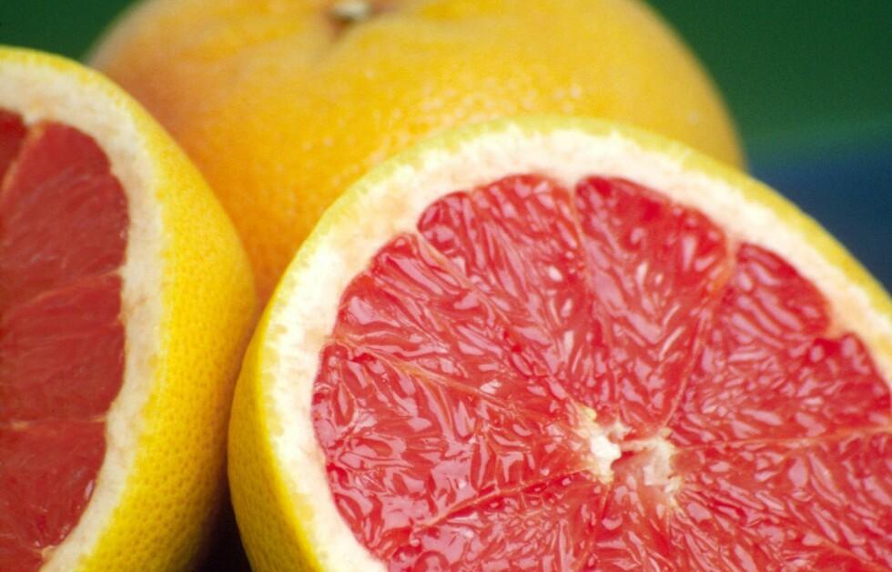 SAFTIG, BITTER OG GOD: Den røde grapefrukten er den mest gunstige, proppfull av C-vitaminer og sunne næringsstoffer som holder deg frisk.