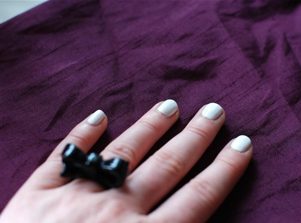 Start med rene, tørre negler –gå gjerne over dem med neglelakkfjerner før du starter lakkingen. Legg den lyse neglelakken du ønsker som bakgrunnsfarge. Lyse farger krever ofte to strøk, og du kan gjerne bruke en underlakk først. La lakken(e) tørke godt mellom hvert strøk. Foto: Aina Kristiansen / www.pudderkvastrabagast.com