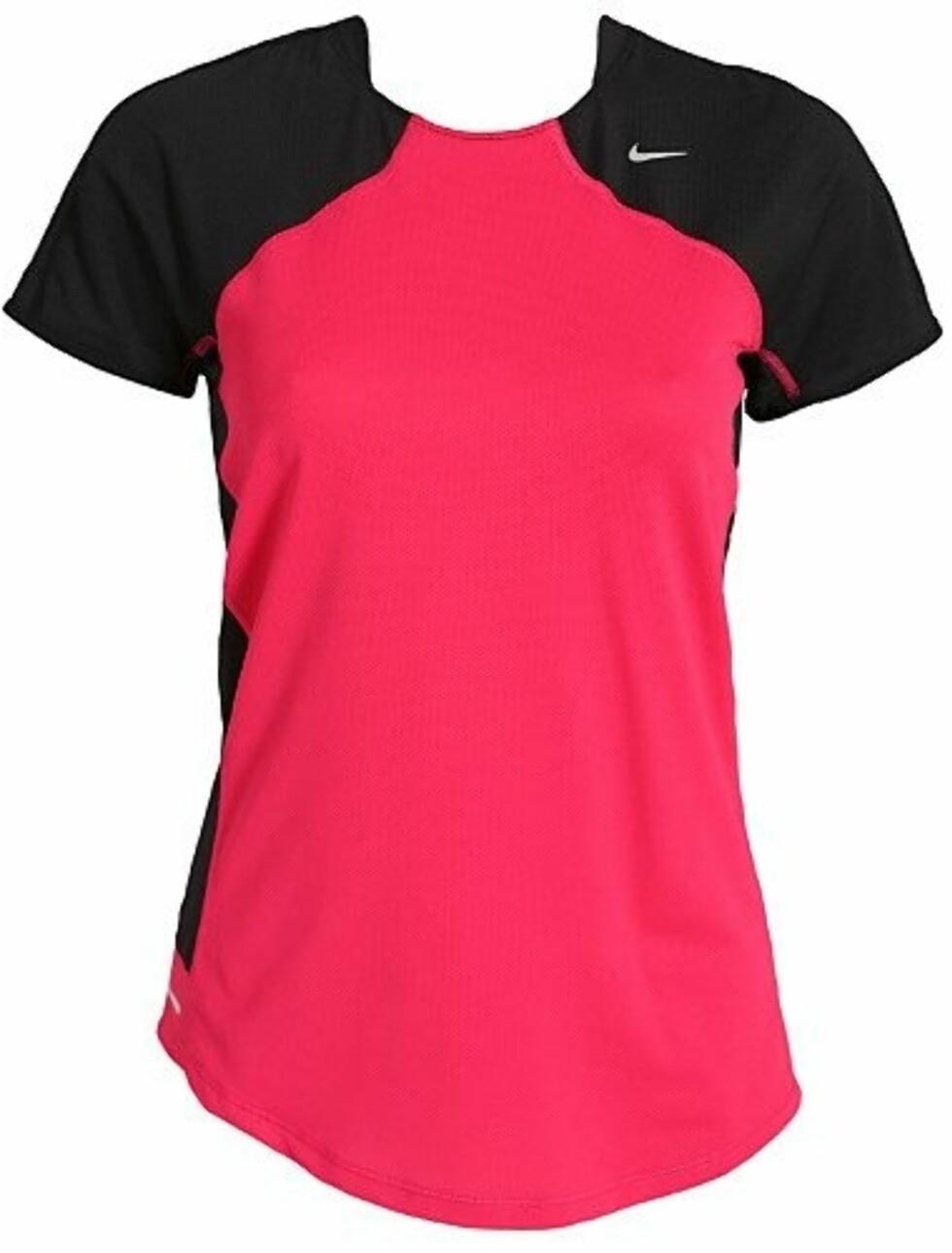 Tøff t-skjorte fra Nike laget av mesh for ventilerende effekt. Fuktighetsabsorberende og avkjølende material som holder deg tørr og komfortabel under trening. 299 kroner fra Nelly.com.  Foto: Produsenten