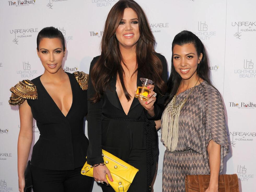 TRIPPEL TRUSSEL: Kim, Khloé og Kourtney Kardashian mottar både ris og ros for sin stilsans. Har Trendtoppen-brukerene en favoritt? Se lenger ned i saken for å se hva de sier og hvordan de scorer søstrenes antrekk.  Foto: All Over Press