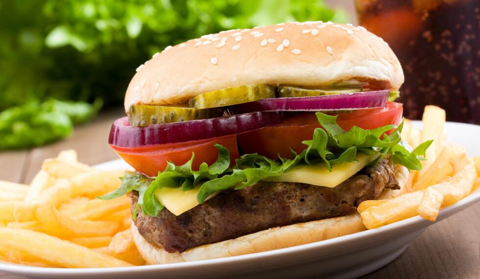 TRENGER IKKE VÆRE SÅ USUNN: Bytt ut usunne ingredienser med sunnere alternativer. Før du vet ordet av det, er er burgeren rene supermaten. Foto: Getty Images/iStockphoto