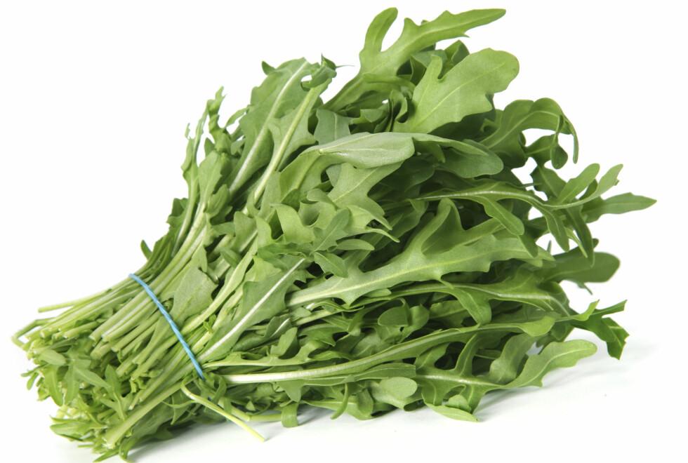 DESTO MØRKERE, DESTO BEDRE: Dropp den kjedelig og bleke isbergsalaten til fordel for mer spennende, smakfulle og sunne salater som ruccola. Foto: Thinkstock.com