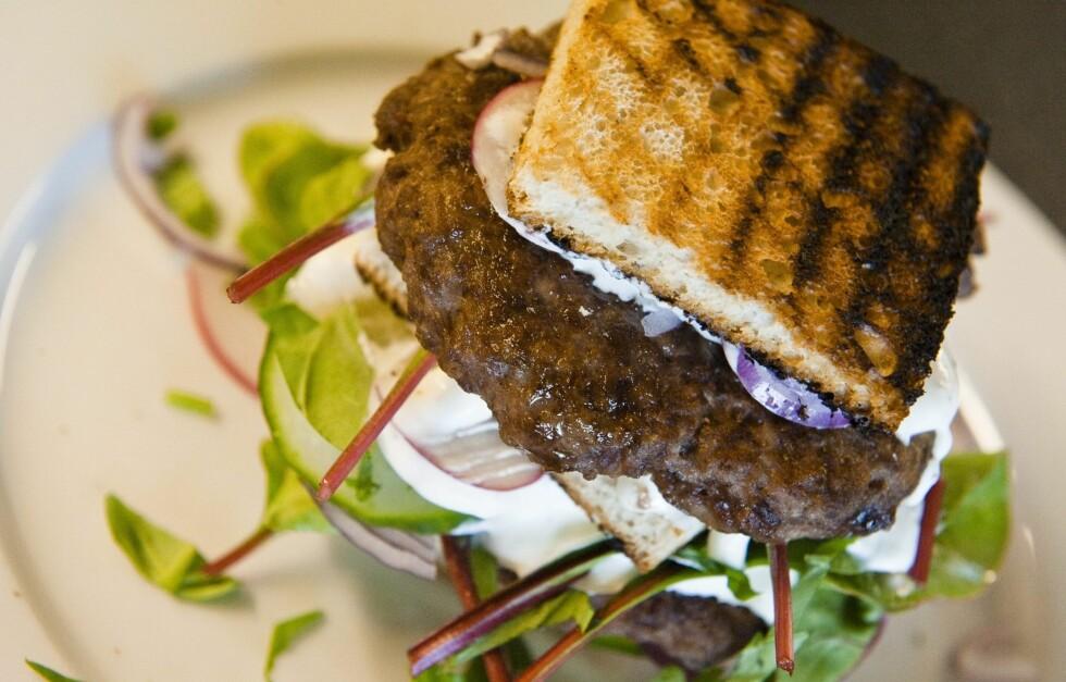 SLIK BLIR DEN MYE SUNNERE: Hvis du velger grovt brød, mørkere salat og næringsrike ingredienser som sopp og løk blir den både smakfull og mye sunnere.  Foto: Håkon Eikesdal/All Over Press