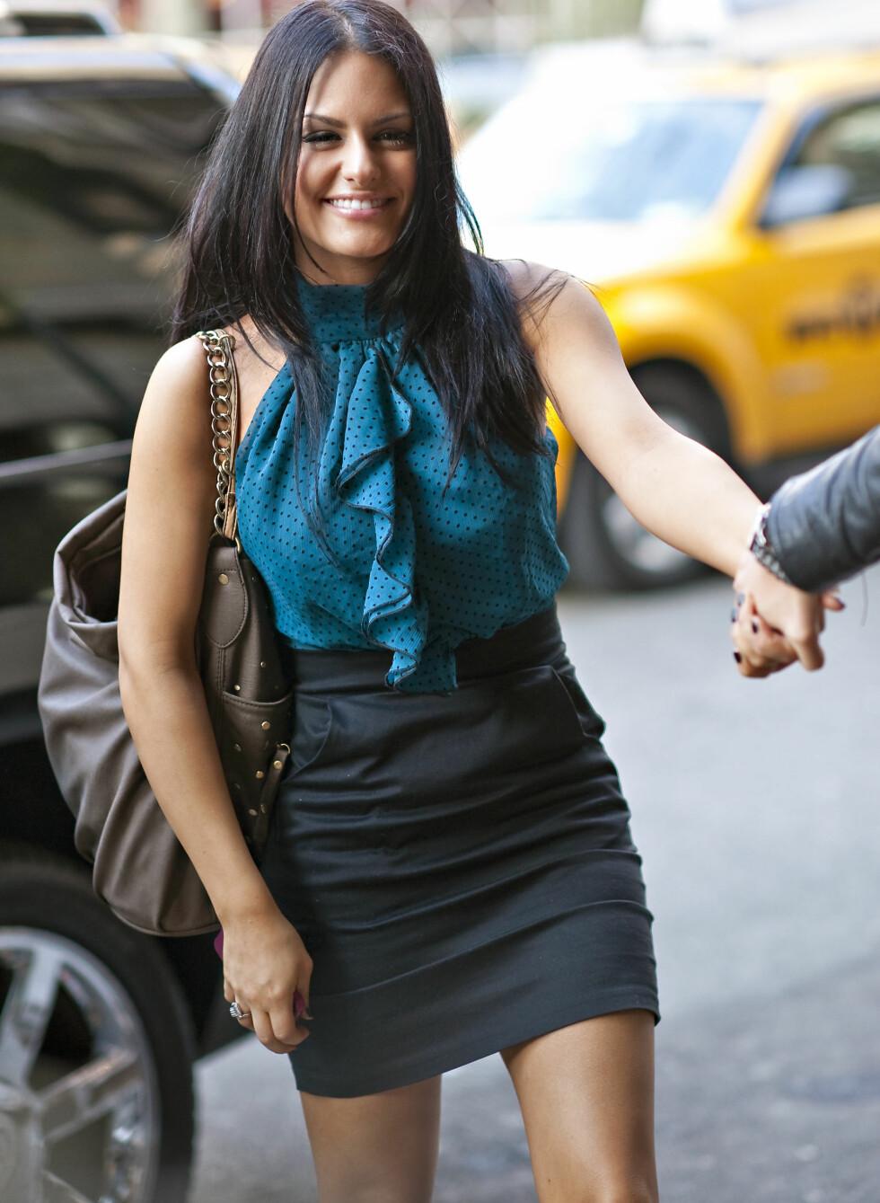 Pia Toscano går for en ermløs blå bluse med prikker og et svart miniskjørt med høyt liv. Foto: All Over Press