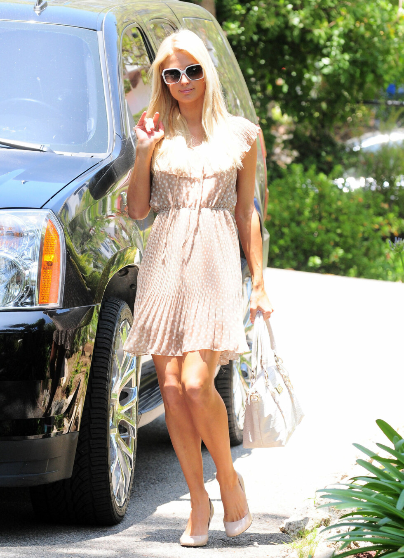 Paris Hilton i en søt, lys kjoe med prikker og knytting i livet.  Foto: All Over Press